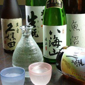 渋谷の居酒屋で日本酒と燻製料理を味わう